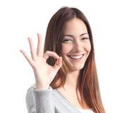 Mujer hermosa que hace gesto aceptable Fotografía de archivo libre de regalías