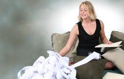 Mujer hermosa que hace impuestos o que los presupuesta en el país Foto de archivo libre de regalías