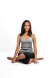 Mujer hermosa que hace la actitud de la yoga (ansana) Foto de archivo