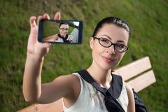 Mujer hermosa que hace la foto del selfie en el teléfono elegante Imagen de archivo