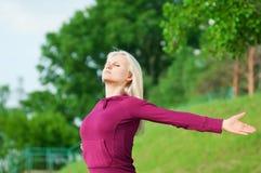 Mujer hermosa que hace la yoga que estira ejercicio Foto de archivo