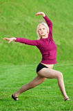 Mujer hermosa que hace la yoga que estira ejercicio Fotos de archivo libres de regalías