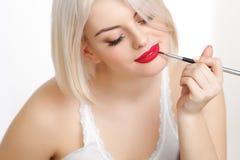 Mujer hermosa que hace maquillaje diario Fotografía de archivo
