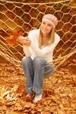 Mujer hermosa que hace pivotar en hamaca Foto de archivo libre de regalías
