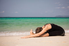 Mujer hermosa que hace yoga Fotografía de archivo