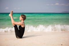 Mujer hermosa que hace yoga Fotografía de archivo libre de regalías