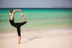 Mujer hermosa que hace yoga Foto de archivo libre de regalías