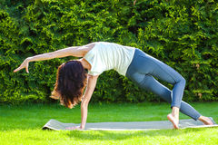 Mujer hermosa que hace yoga Imagen de archivo