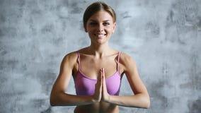 Mujer hermosa que hace yoga dentro metrajes