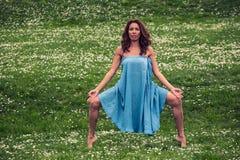 Mujer hermosa que hace yoga en prado fotografía de archivo libre de regalías