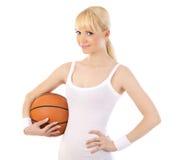 Mujer hermosa que juega a baloncesto Imagenes de archivo