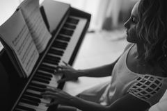 Mujer hermosa que juega el piano Rebecca 36 Foto de archivo libre de regalías