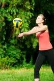 Mujer hermosa que juega a voleibol imágenes de archivo libres de regalías