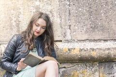 Mujer hermosa que lee un libro al aire libre Imagen de archivo