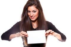 Mujer hermosa que lleva a cabo a la tarjeta blanca vacía Imagen de archivo libre de regalías