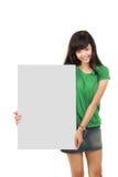 Mujer hermosa que lleva a cabo a la tarjeta blanca vacía Foto de archivo