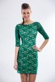 Mujer hermosa que lleva en vestido verde foto de archivo