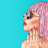 mujer hermosa que lleva la peluca y las gafas de sol rosadas libre illustration