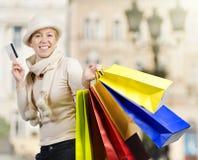 Mujer hermosa que lleva muchos bolsos de compras Imagenes de archivo