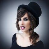 Mujer hermosa que lleva un sombrero de copa Foto de archivo