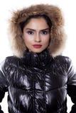 Mujer hermosa que lleva una chaqueta del invierno en estudio Imagenes de archivo