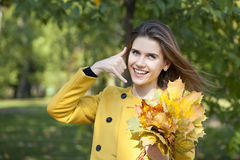 Mujer hermosa que me hace una llamada gesto Fotografía de archivo