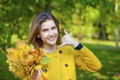 Mujer hermosa que me hace una llamada gesto Fotos de archivo libres de regalías