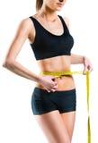 Mujer hermosa que mide su cintura con la cinta métrica Imagenes de archivo
