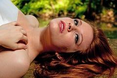 Mujer hermosa que miente en registro Foto de archivo libre de regalías