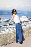 Mujer hermosa que mira el puerto de Monte Carlo en Mónaco Azur Coast Imagen de archivo