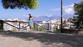 Mujer hermosa que mira en el panorama de Agios Nikolaos, Creta metrajes