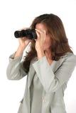 Mujer hermosa que mira a través de los prismáticos 1 Imagenes de archivo