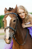 Mujer hermosa que monta un caballo en la puesta del sol en la playa Bea joven Imagenes de archivo