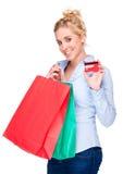 Mujer hermosa que muestra el carnet del crédito o de socio Imagenes de archivo