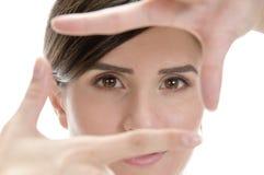 Mujer hermosa que muestra gesto de mano que enmarca Imagen de archivo libre de regalías