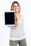 Mujer hermosa que muestra la tableta digital Aislado en blanco Foto de archivo libre de regalías