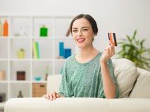 Mujer hermosa que muestra la tarjeta de crédito Imagenes de archivo