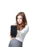 Mujer hermosa que muestra una exhibición elegante en blanco del teléfono Fotos de archivo