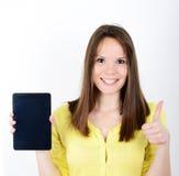 Mujer hermosa que muestra una tableta con el pulgar para arriba aislado en un whi Fotos de archivo