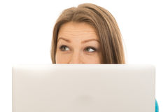 Mujer hermosa que oculta detrás de un ordenador portátil Imagen de archivo