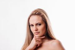 Mujer hermosa que piensa en un fondo blanco Imagen de archivo