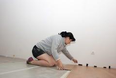 Mujer hermosa que pone el suelo laminado fotos de archivo libres de regalías