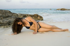 Mujer hermosa que pone en la playa Imágenes de archivo libres de regalías