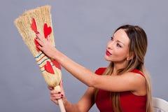 Mujer hermosa que presenta con los corazones rojos hechos del papel en el bro Fotos de archivo libres de regalías