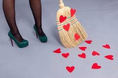Mujer hermosa que presenta con los corazones rojos hechos del papel en el bro Foto de archivo libre de regalías
