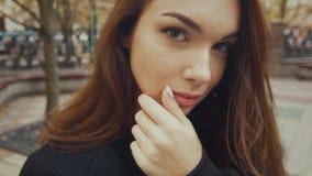 Mujer hermosa que presenta en calle Retrato de la chica joven atractiva almacen de metraje de vídeo