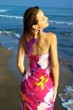 Mujer hermosa que presenta en la playa Imagen de archivo libre de regalías