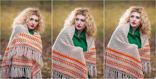 Mujer hermosa que presenta en parque durante la estación del otoño. Muchacha rubia que lleva la blusa verde y la presentación gran Imagen de archivo libre de regalías