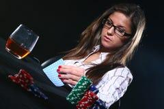 Mujer hermosa que que juega el póker Foto de archivo