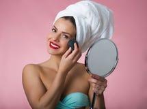 Mujer hermosa que quita maquillaje Foto de archivo